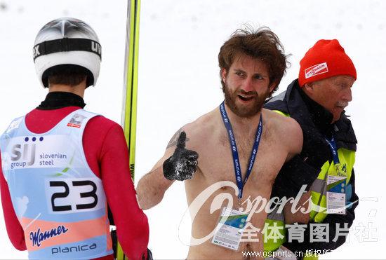 高清 跳台滑雪世界杯 观众在赛场内裸体跳骑马舞